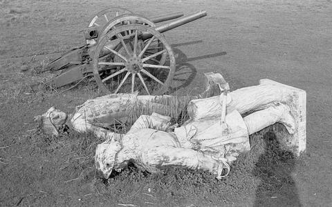 Een foto van de kanonnen, ergens in de jaren vijftig. Hier staan ze op een bouwterrein waar de stukken naartoe zijn gebracht na de ontmanteling van het herdenkingspark voor de slachtoffers uit WOI in Emden. Op de voorgrond resten van het beeld van Frederik de Grote.