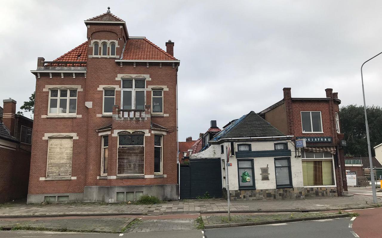 Buurtbewoners trekken aan de bel vanwege het verloederende hoekje, de villa staat al decennia leeg.