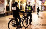 Onderbemande boa's en politie worstelen met handhaving coronaregels: 'Steeds meer jongeren dragen boksbeugels, priemen of messen van dertig centimeter'