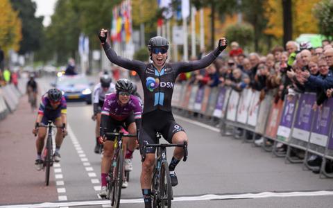 Lorena Wiebes gaat als eerste over de finish in de ronde van Drenthe.