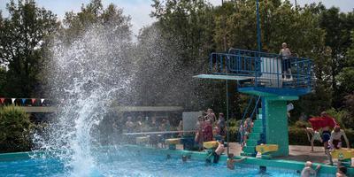 Beeld van zwembad De Slenken jaren geleden tijdens een legale voorronde van het NK bommetje.