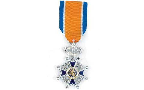 De versierselen behorende bij de onderscheiding Ridder in de Orde van Oranje Nassau.