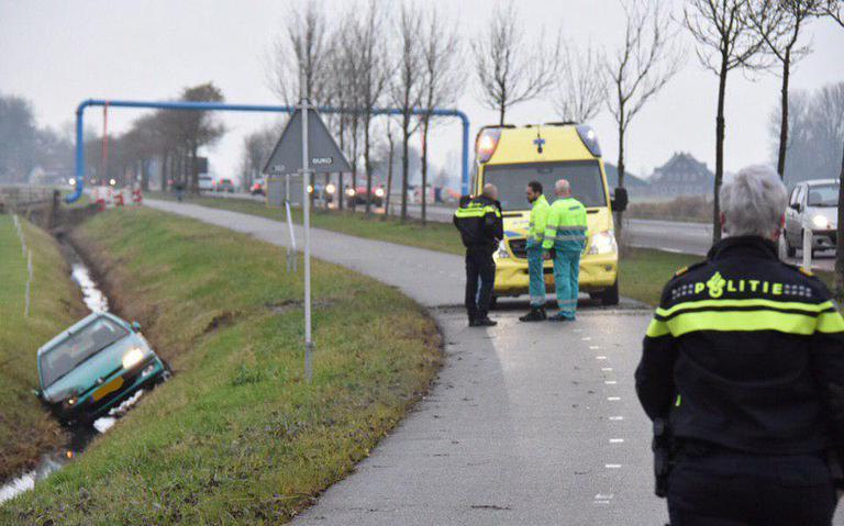 Auto in de sloot bij aanrijding op N360 tussen Garmerwolde en Groningen.