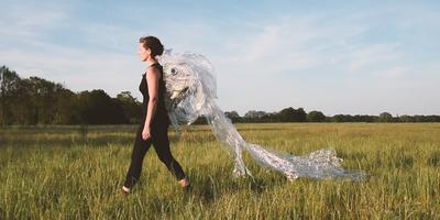 Kunstenares Martina Dal Brollo loopt eind maart een vijfdaagse zwerfafvaltocht.