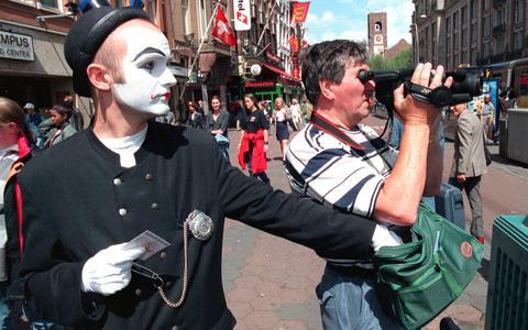 Zakkenrollers in Drenthe stelen kettingen met babbeltruc. Met deze tips van een vingervlugge goochelaar laat je je niet in de luren leggen