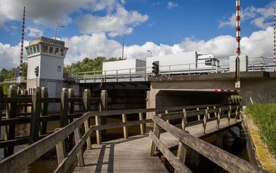 De brug van de A7 over de Westerwoldse Aa bij Bad Nieuweschans. Op enkele honderden meters afstand, ten zuiden van deze brug, ligt de boezem waar een drijvend zonnepark is gepland.