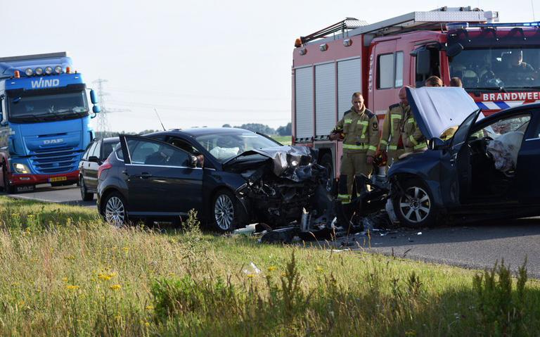 Twee gewonden bij frontale botsing op N391 bij Emmen.