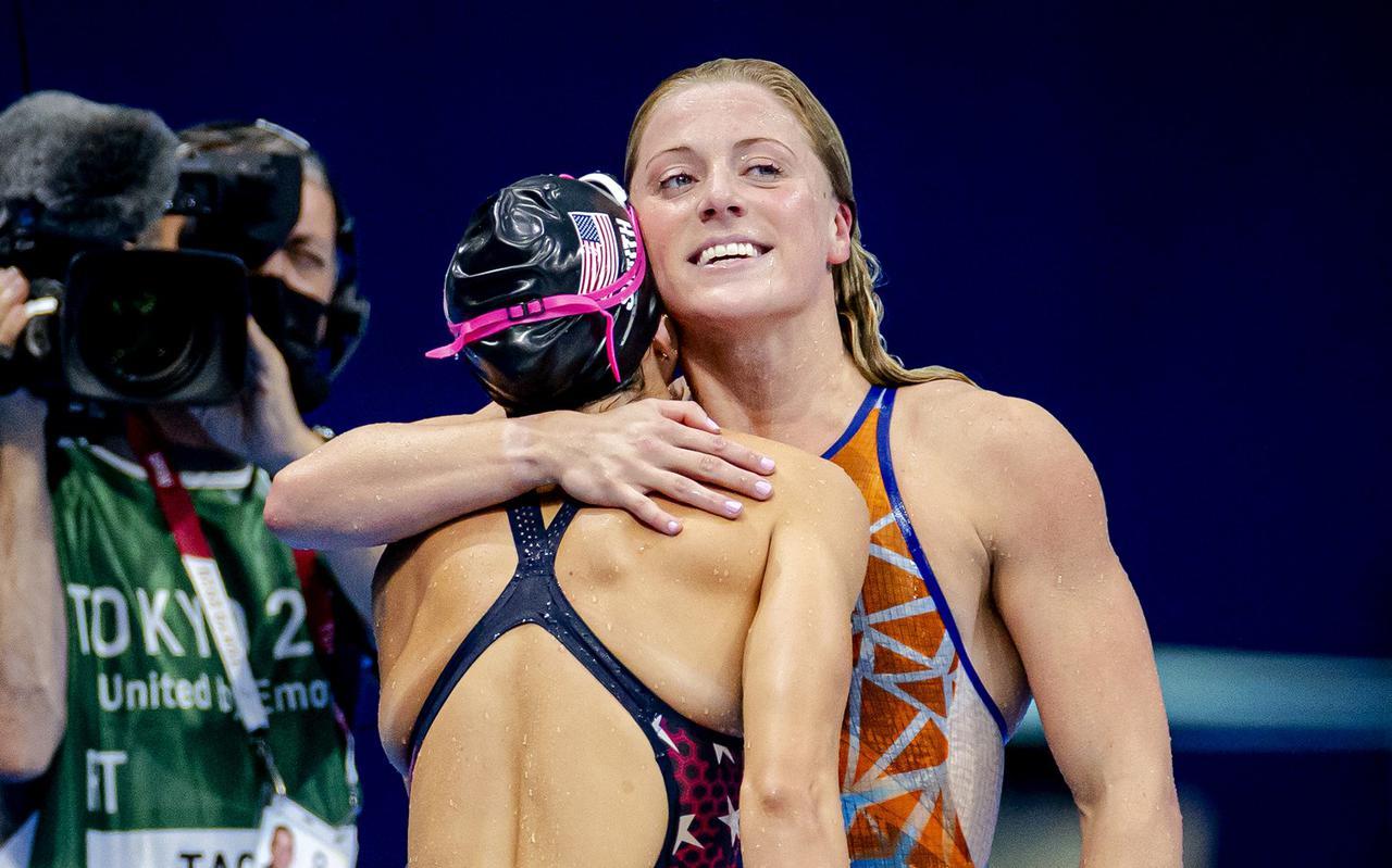 Kira Toussaint omhelst een Amerikaanse tegenstander na de finale 100 meter rugslag (vrouwen), waarin ze als zevende eindigde.