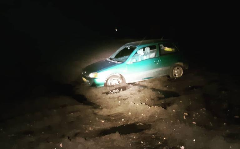 Automobilist verdwaalt na omleiding en rijdt zich uiteindelijk vast in een akker bij Mussel