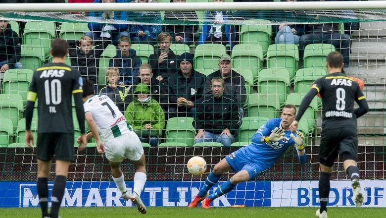 Ritsu Doan schiet de strafschop pardoes in handen van AZ-doelman Bizot. Foto ANP