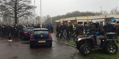 Honderden mensen verzamelen zich om te zoeken naar de vermiste Jesse van Wieren. Foto: DvhN