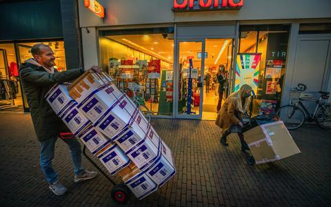 Afhaalpunten voor postpakketten in Groningen en Drenthe gaan dicht: 'Je krijgt van PostNL 19 euro per uur om open te blijven en een paar cent per pakketje'