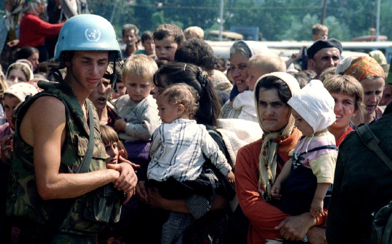 Een van de Dutchbatters bij de moslimvluchtelingen tijdens de val van Srebrenica in 1995.