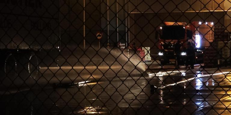 De brandweer pompt het overtollige water weg. FOTO PERSBUREAU METER
