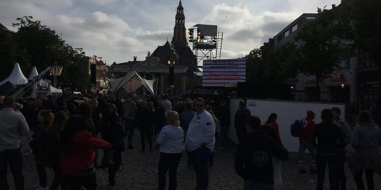 Om 19.00 uur was de Vismarkt voor de helft gevuld met publiek. FOTO DVHN