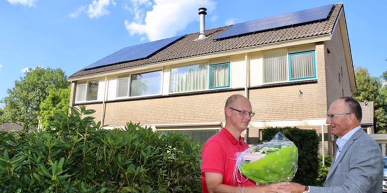 Bloemen voor de bezitter van het 250.000e zonnepaneel in Assen. Foto: Kor Bakker