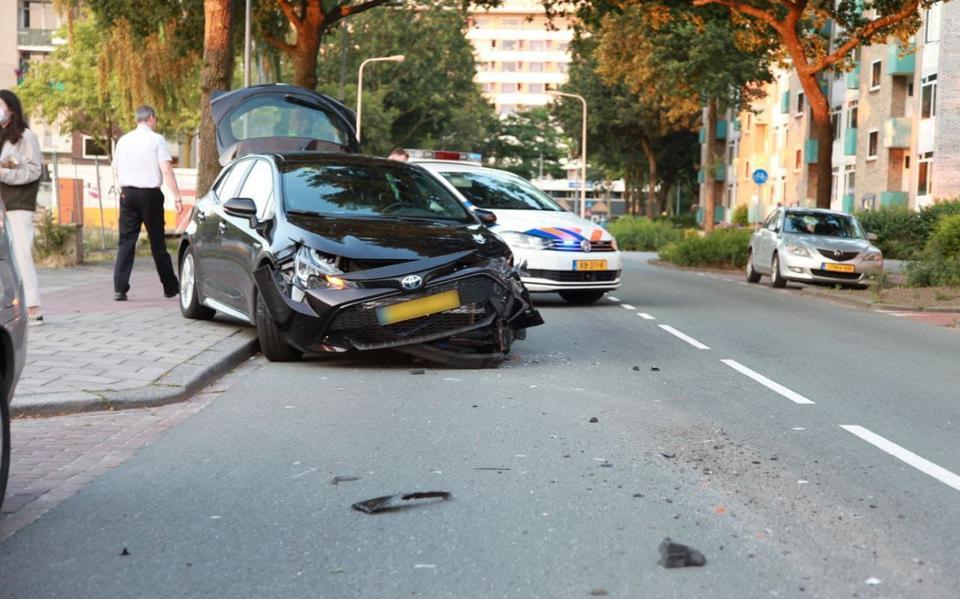 Veel schade bij botsing tussen lijnbus en personenauto op Eikenlaan in Groningen.