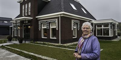 Tineke van Weerden voor haar gloednieuwe herenhuis in 't Zandt.