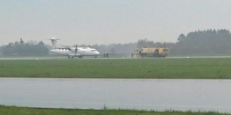 Het vliegtuig van Stobart Air is inmiddels geland. FOTO MARTIN DRUPPERS/112 GRONINGEN