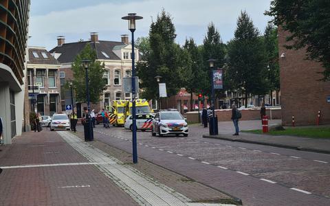 Op de Stationsstraat in Assen is dinsdagmiddag een persoon lichtgewond geraakt bij een vechtpartij.