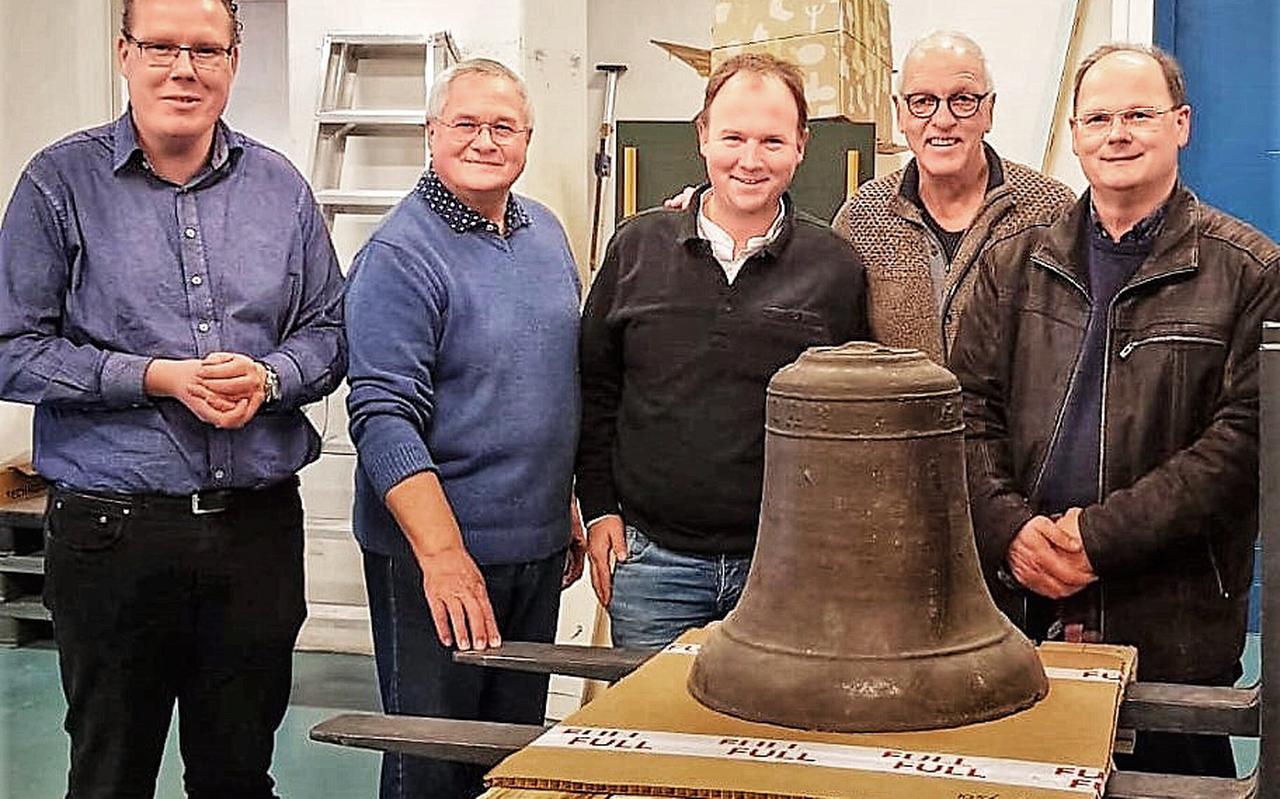 Het bestuur van (BKEO) met links Bert Smit, bij de middeleeuwse klok die mu in depot ligt bij het Groninger Museum.