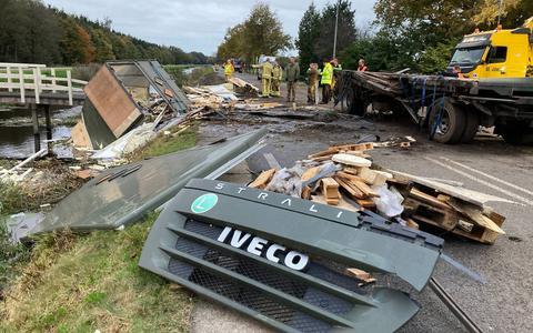 De vrachtwagen van Defensie kantelde rond half tien vanochtend. Daarna duurde het uren voordat de truck was geruimd.
