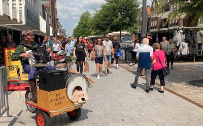 De Orkestbak viel wel op tussen de vele kraampjes op de Pulledag in Hoogeveen