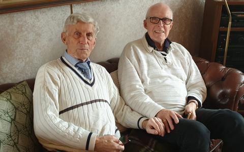 Rinus (links) en Jan Boshuisen reisden als kinderen tijdens de hongerwinter van Amsterdam naar Winschoten. Collectie familie Boshuisen.
