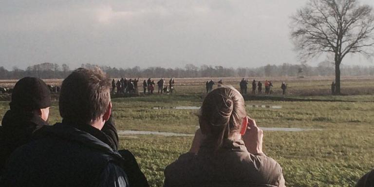 Toeschouwers wachten op het exploderen van de bom