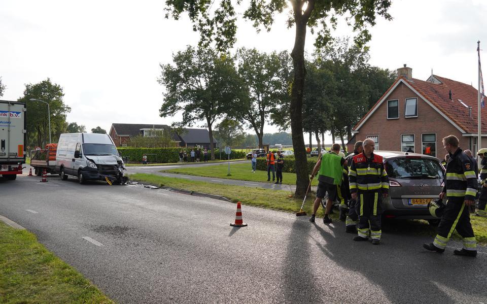 Veel schade door botsing tussen personenauto en bestelbus op kruising bij Een-West. Brandweer knipt deur uit auto om bestuurster
