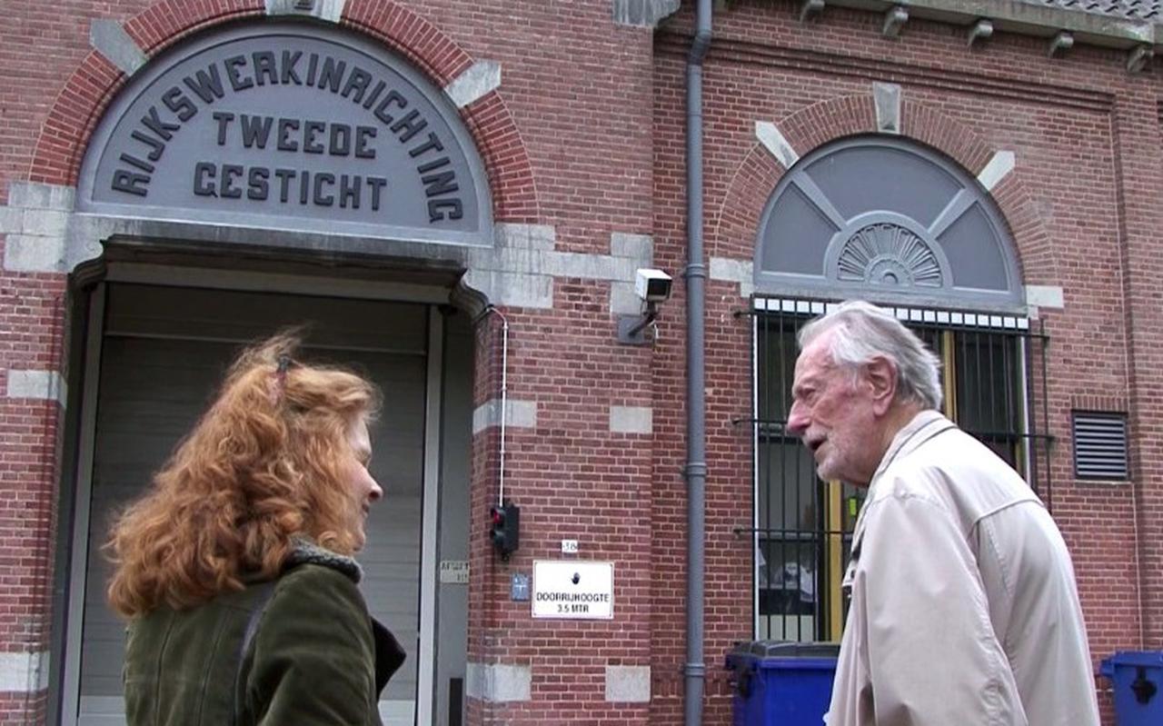 Beeld uit de Beeldlijn-film 'Het gevangenisdorp' van Jaap de Ruig, met links Mariët Meester.