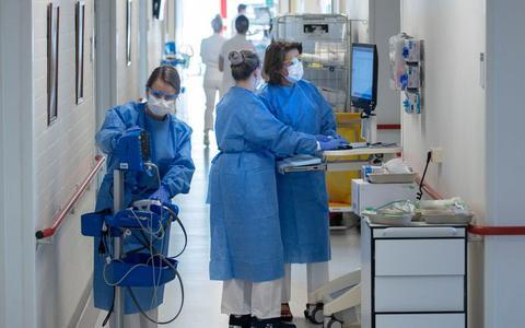 Daling in aantal besmettingen met corona zet door en er liggen minder patiënten in het ziekenhuis, maar maatregelen nu versoepelen 'zou onverstandig zijn'