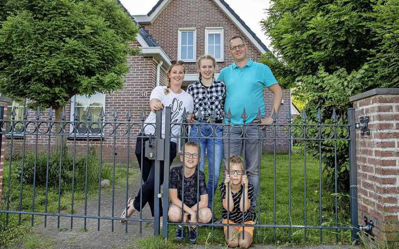 Harm en Manon Groen met hun kinderen Femke, Alexander en Duncan voor hun nieuwe huis in Gieten. Ze besloten er eens aan te bellen met de vraag of het te koop was.
