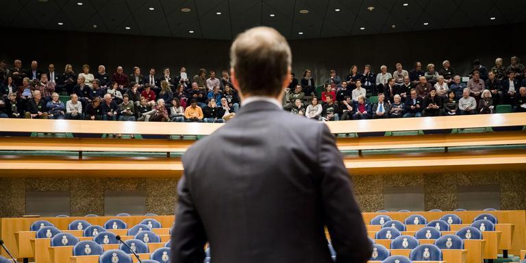 Minister voor een volle tribune met Groningers. Foto ANP
