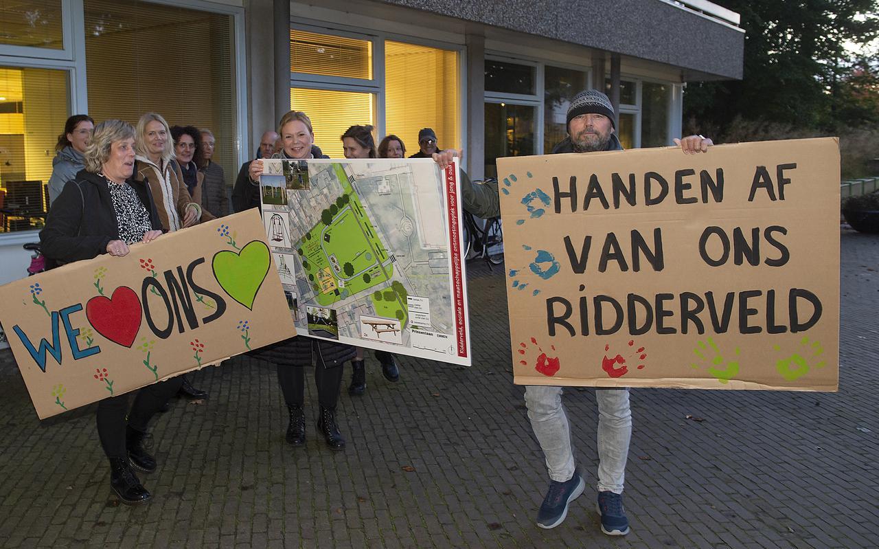 Bewoners probeerden maandag voor het gemeentehuis de raadsleden te overtuigen van hun zaak.