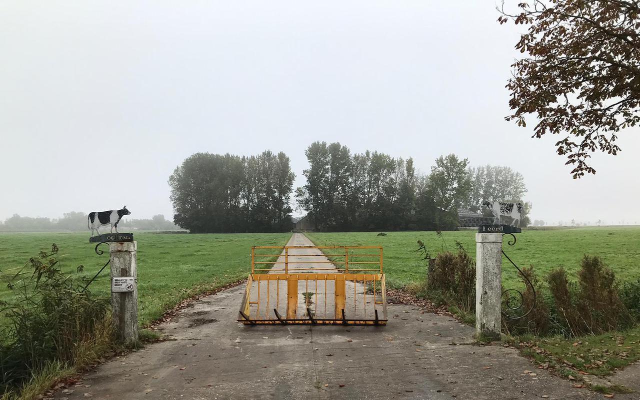 De toegang naar de verlaten boerderij.