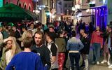 In de smalle uitgaansstraten in de Groningse binnenstad (hier de Peperstraat) wordt het soms te druk: burgemeester Koen Schuiling neemt maatregelen.