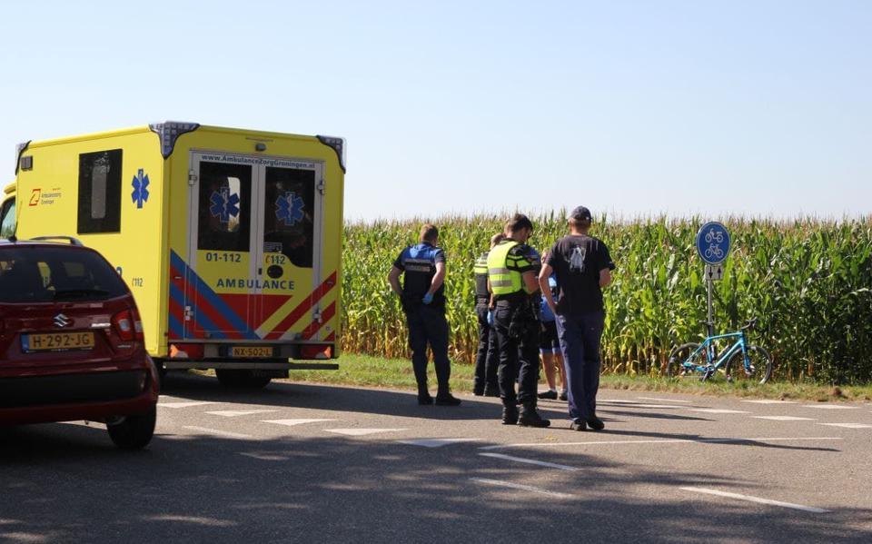 Wielrenner raakt gewond door botsing met auto langs N976 bij Vlagtwedde.