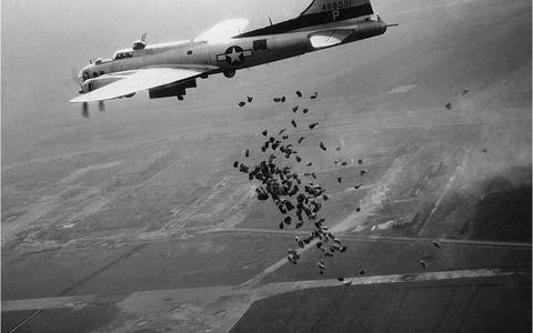 Een Amerikaanse B-17 lost in het kader van operatie Chowhound in mei 1945 boven het totaal verwoeste Schiphol een lading levensmiddelen voor de hongerende Nederlandse bevolking.