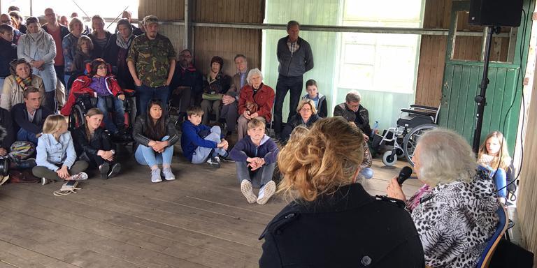 Virry de Vries Robles vertelt in Kamp Westerbork. FOTO DVHN