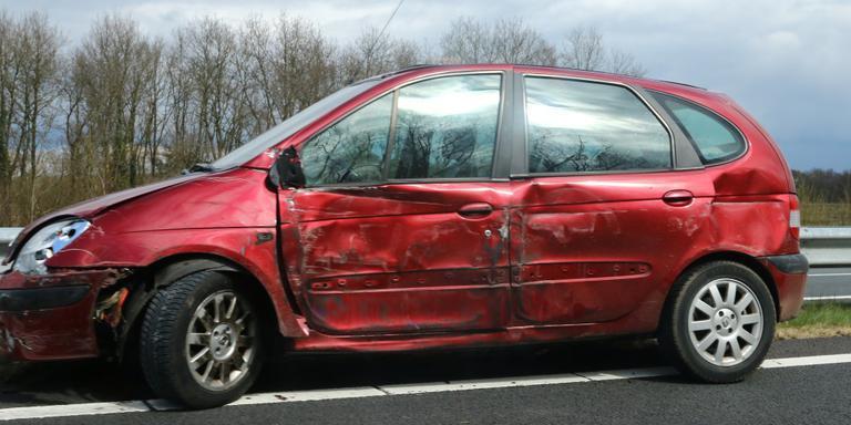 De auto botste tegen de vangrail. FOTO VAN OOST MEDIA