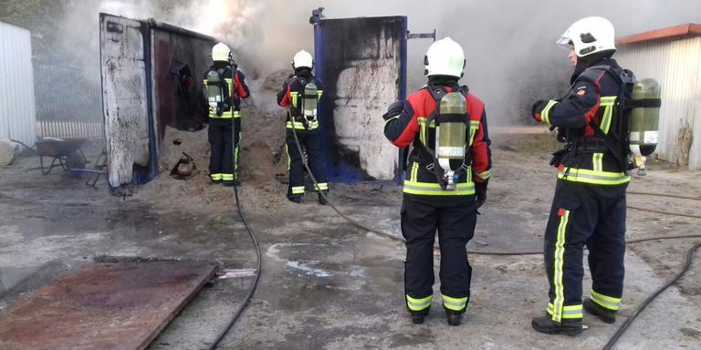 De zeecontainer vatte door nog onbekende oorzaak vlam