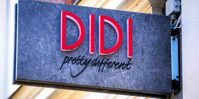 Het doek valt voor kledingwinkel Didi.