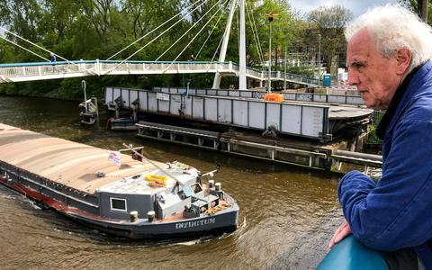 Jan Pieter Janse bij de aangevaren Gerrit Krolbrug (1936), die juist wordt gepasseerd door ms Infinitum (oneindigheid). Janse hoopt dat de brug, voorheen Korrewegbrug of Korrebrug genoemd, hoe dan in Groningen blijft bewaard. Het Havenpark is er volgens hem een perfecte plek voor.