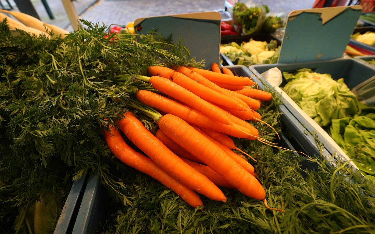De wortel is het hele jaar door verkrijgbaar, als bospeen, winterwortel of waspeen.
