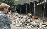 Truus Oosting bij de ingestorte zijgevel van haar huis aan de Verlengde Vaart ZZ in Erica.