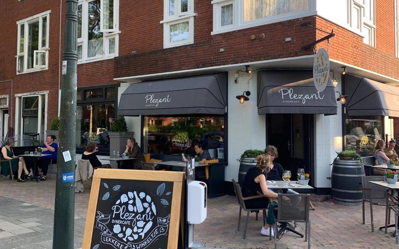 Bij Dinercafé Plezant in de Korrewegwijk in Groningen krijgt iedereen een knikje van herkenning, of een vriendelijk toegangswoord van de bediening.