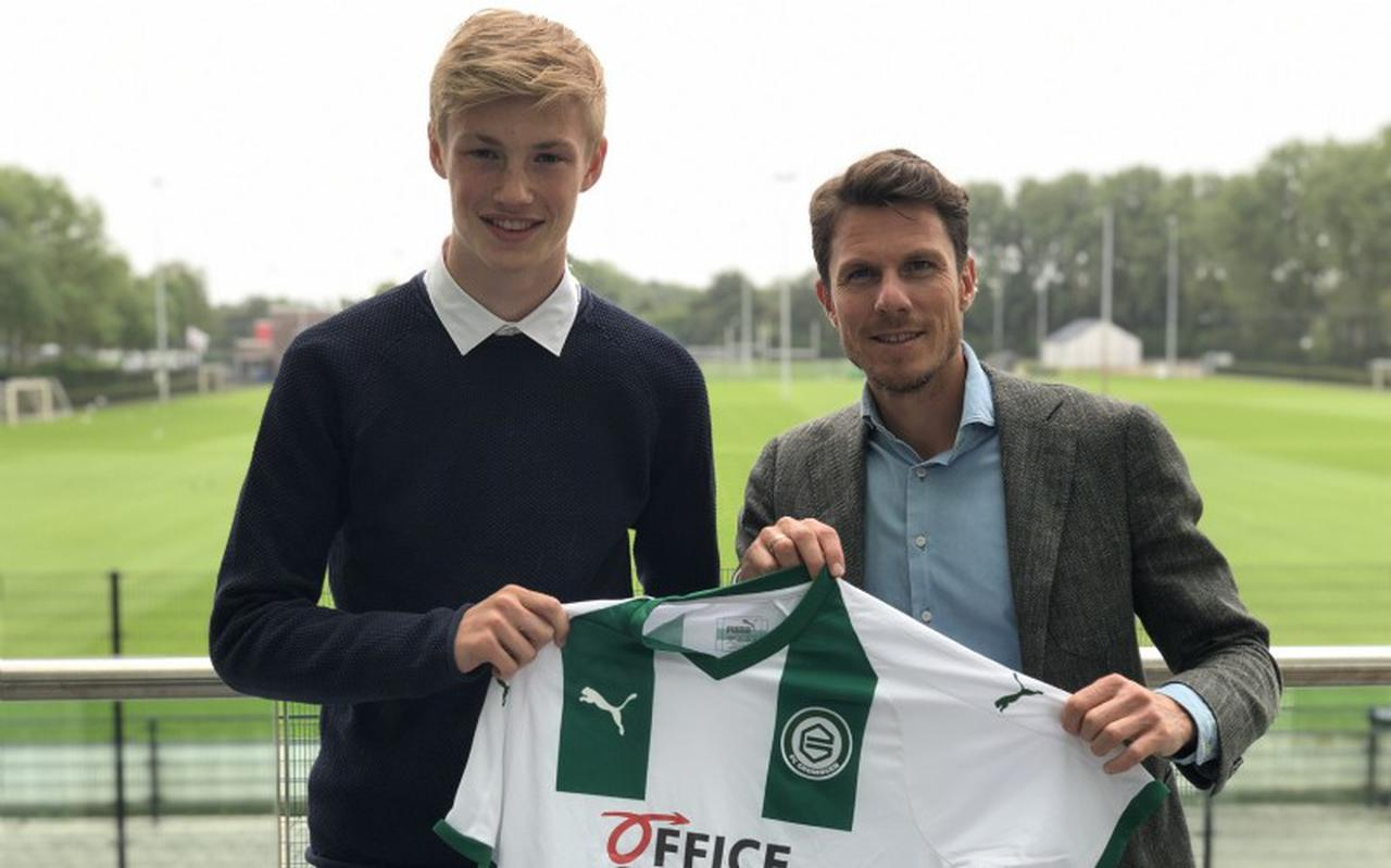 Milan de Koe (links) in 2019 met technisch directeur Mark-Jan Fledderus van FC Groningen. De Koe tekende toen een tweejarig contract bij FC Groningen.