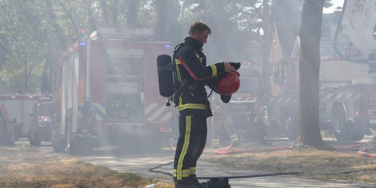 De blusomstandigheden bij de woningbrand in Valthermond waren door het warme weer uitputtend. Foto De Vries Media