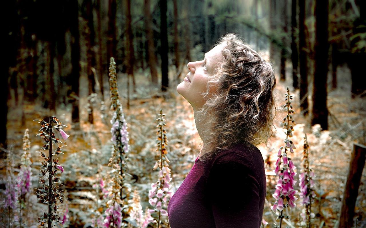 Eigen nummers, covers of traditionals: folkzangeres Linde Nijland zingt het met evenveel liefde.
